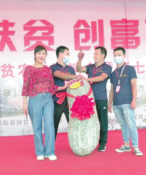 """万载:""""冬瓜王""""亮相 重达81.5公斤(图)"""