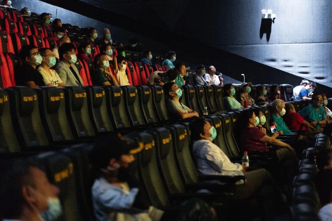 9月5日的电影《八佰》,是「心目影院」在疫情发生后的首次线下公开放映,也是他们讲述的第900场电影。图/南方都市报