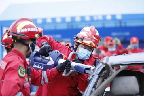 杭州萧山金利浦消防应急救援中心队员5分钟破拆了一辆报废轿车把假人救出。