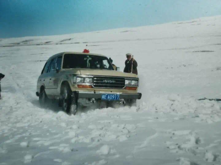 车子在雪地行驶