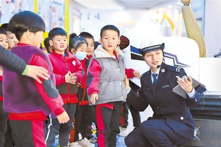 10月13日,安定区金星幼儿园组织小朋友在定西市道路交通安全宣传教育基地参观学习。新甘肃·甘肃日报通讯员 刘永莉(甘肃日报)