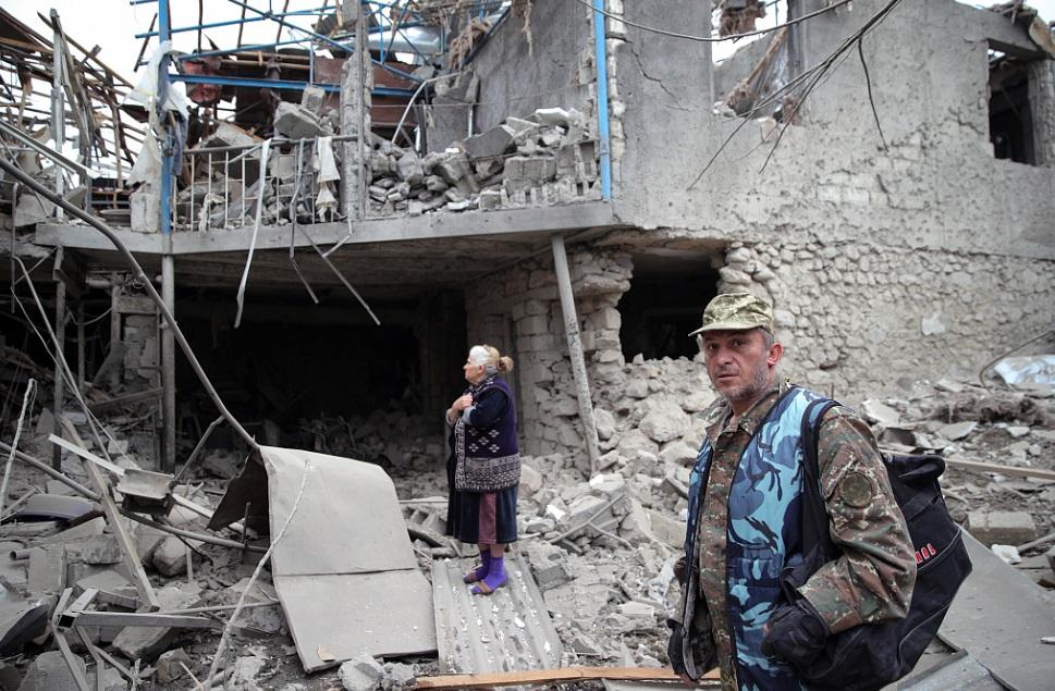 当地时间2020年10月7日,亚美尼亚和阿塞拜疆两国在纳戈尔诺-卡拉巴赫地区接触线上的战斗仍在继续。战斗损毁了当地居民的房屋,大量难民流离失所。