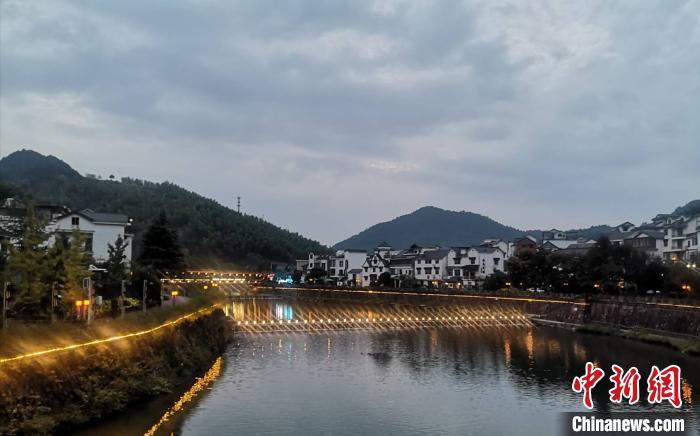 下姜村夜景。 童笑雨 摄