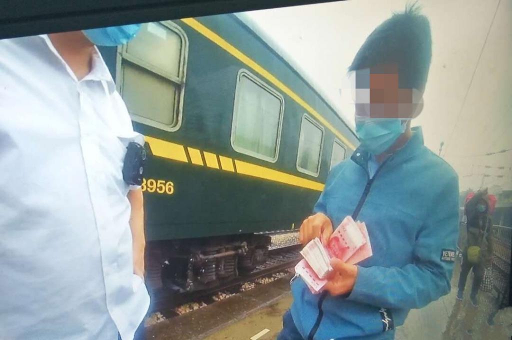 """旅客列车上大撒三万""""红包"""" 工作人员紧急回收"""