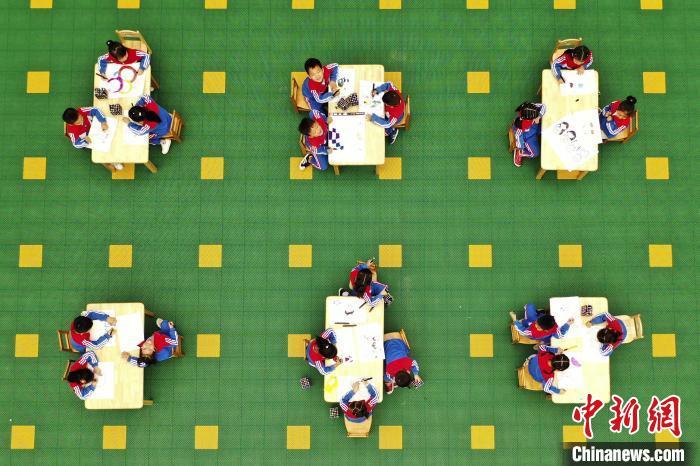 航拍江西省铅山县幼儿园组织幼儿绘画活动。 丁铭华 摄