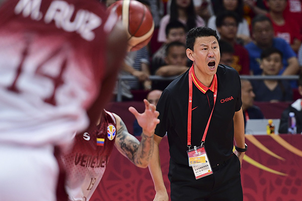 李楠在场边焦急指挥。