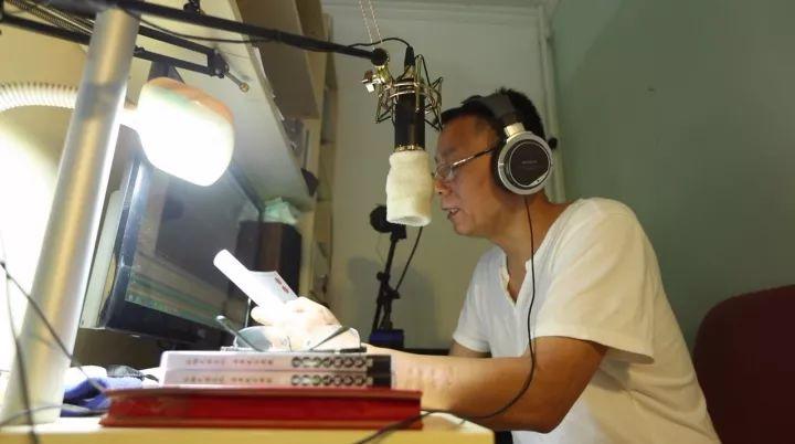 """疫情之下,王伟力夫妇也在寻求着直播/录制等方式,为在家的盲人朋友们缓解""""看""""电影的需求。"""