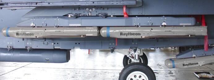机翼下的小直径炸弹