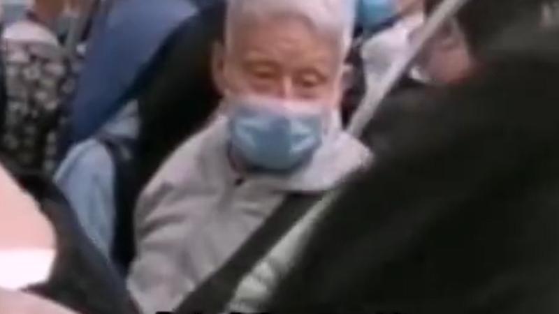 地铁上大爷高声斥责小伙不让座:我白发苍苍你没看见吗
