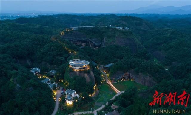 (国庆期间,平江县自在平江野奢度假酒店74间房一房难求。)