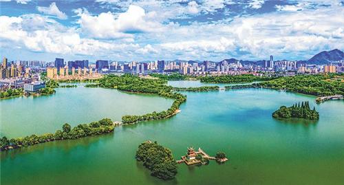 (天井湖旅游度假区成铜官区服务业靓丽名片。周久生摄)