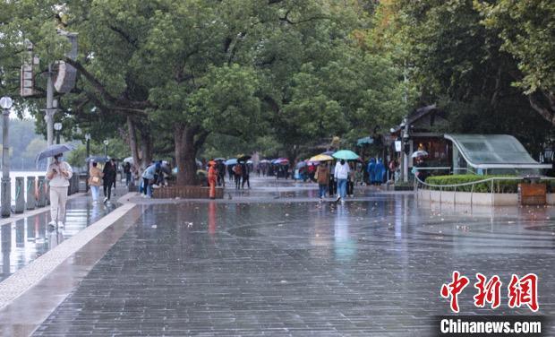 杭州下起小雨。 汪旭莹 摄