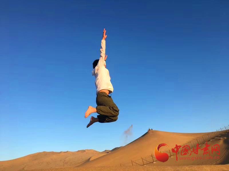 在沙山上跳跃的游客 沙漠露营基地老板、外号东哥供图