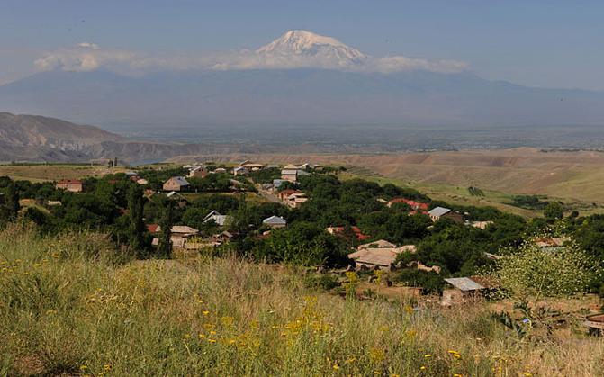 对亚美尼亚人而言,阿拉拉特山一直是其精神象征。1921年,苏联与土耳其签订《卡尔斯条约》(Treaty of Kars),将阿拉拉特山划给了土耳其。