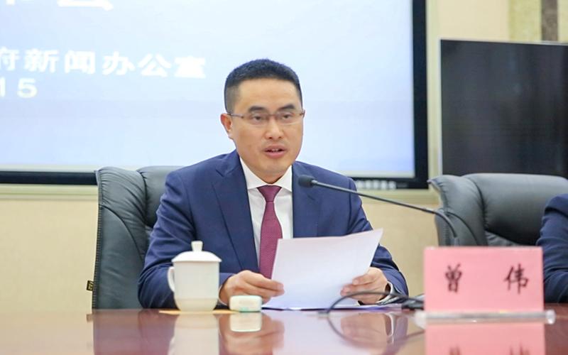 潼南区副区长曾伟介绍柠檬节系列活动等相关情况。