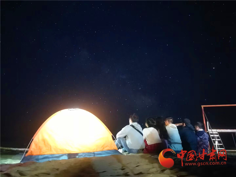 东哥给游客们拍的星空图 沙漠露营基地老板、外号东哥供图