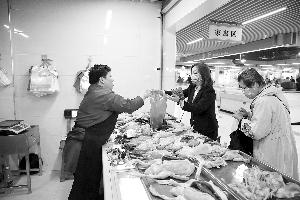 昨日,在红谷滩沁园农贸市场,市民在干净、整洁的环境中购买鸡、鸭等家禽类食品。余经纬 记者 马悦 摄