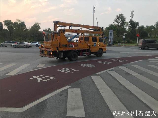 治理右转路口死亡弯月 武汉26个路口设置右转警示区