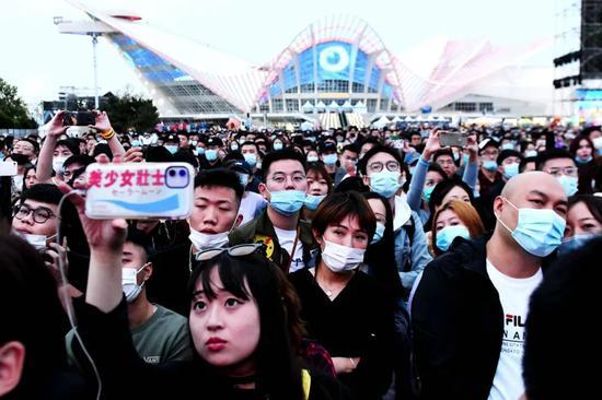 (10月2日,2020青岛凤凰音乐节在青岛市西海岸新区金沙滩啤酒城启幕,为期两天。)