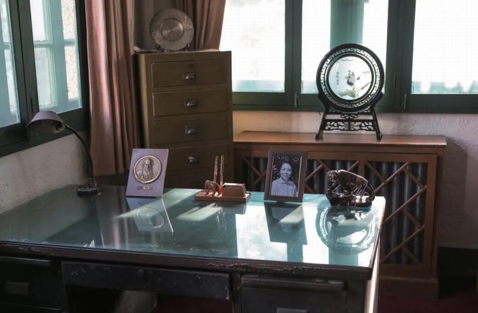 巴金先生的书桌上摆放着托尔斯泰像。本文图片均由主办方提供