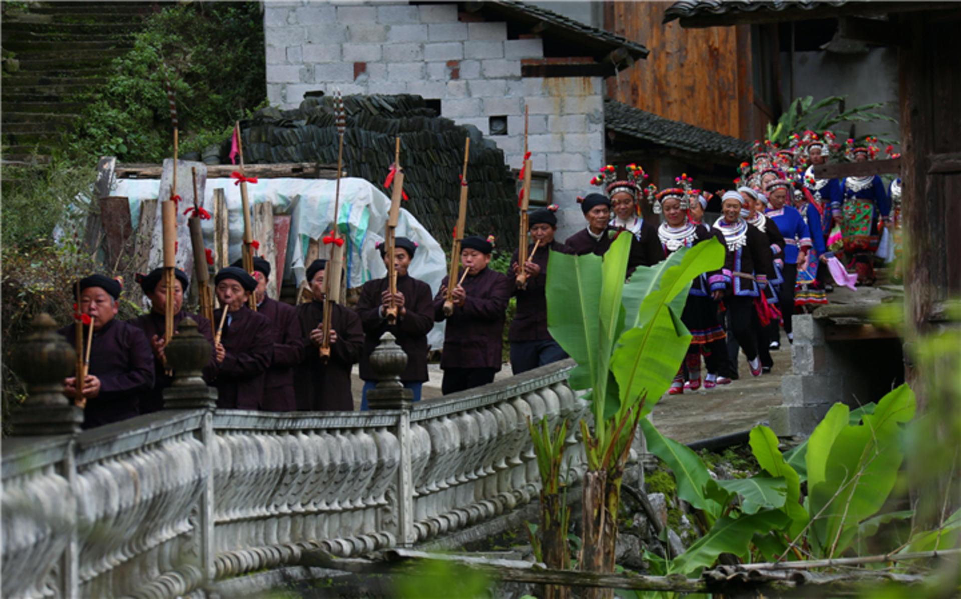 侗族同胞在吹芦笙踩堂