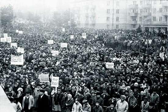 """1988年2月13日,卡拉巴赫首都斯潘捷纳克特举行第一次大规模示威游行,当地亚美尼亚人反对阿塞拜疆对卡拉巴赫地区进行""""去亚美尼亚化""""。"""