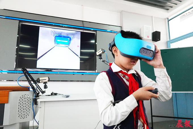 """▲小学生戴上VR头盔,""""实战演练""""灭火、火场逃生等防灾减灾技能。"""