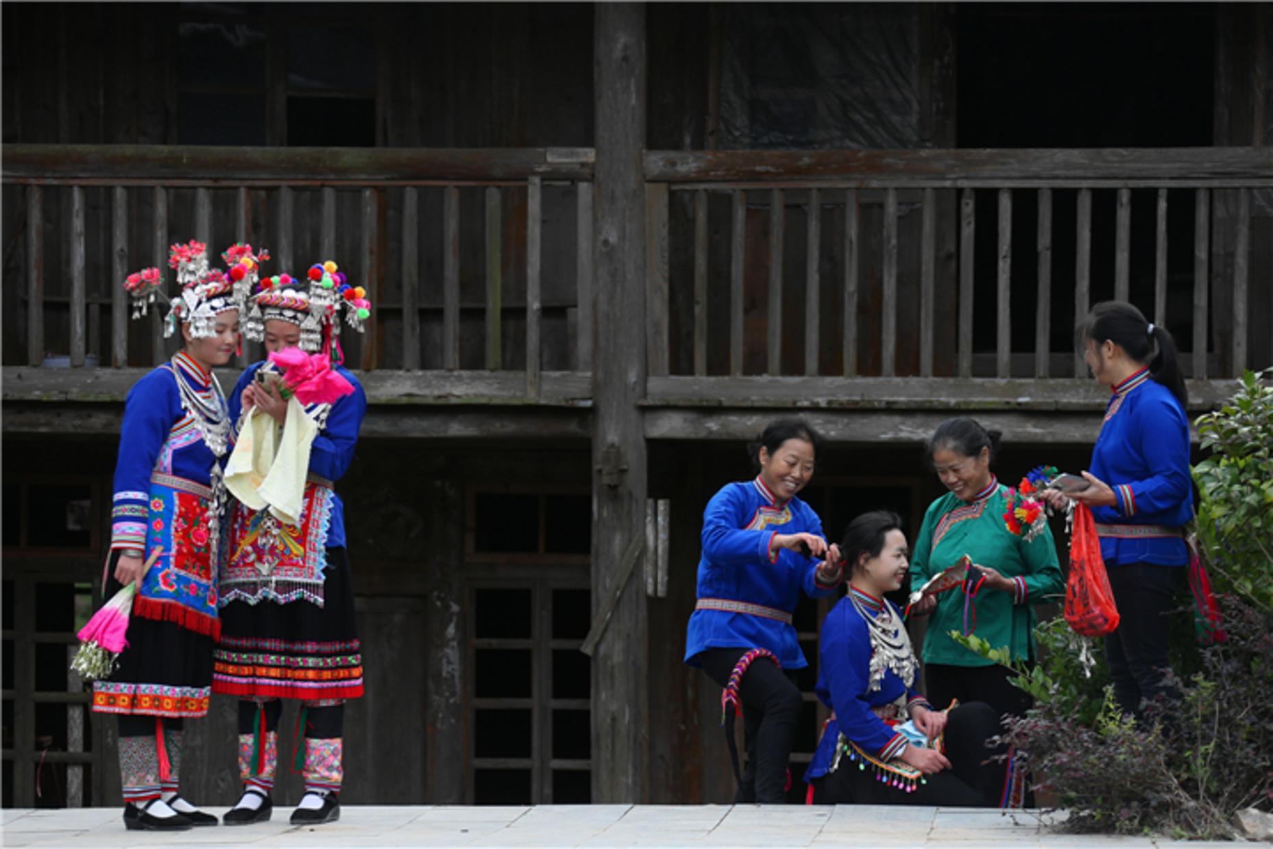 靖州藕团乡新街侗寨侗族阿妹在梳妆
