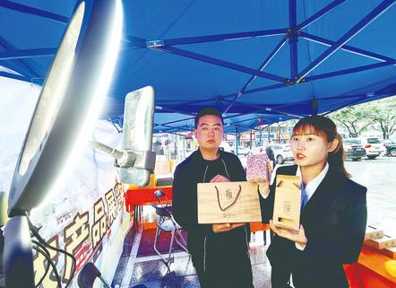 灵台县通过直播带货和现场展销,助力当地特色农产品销售。