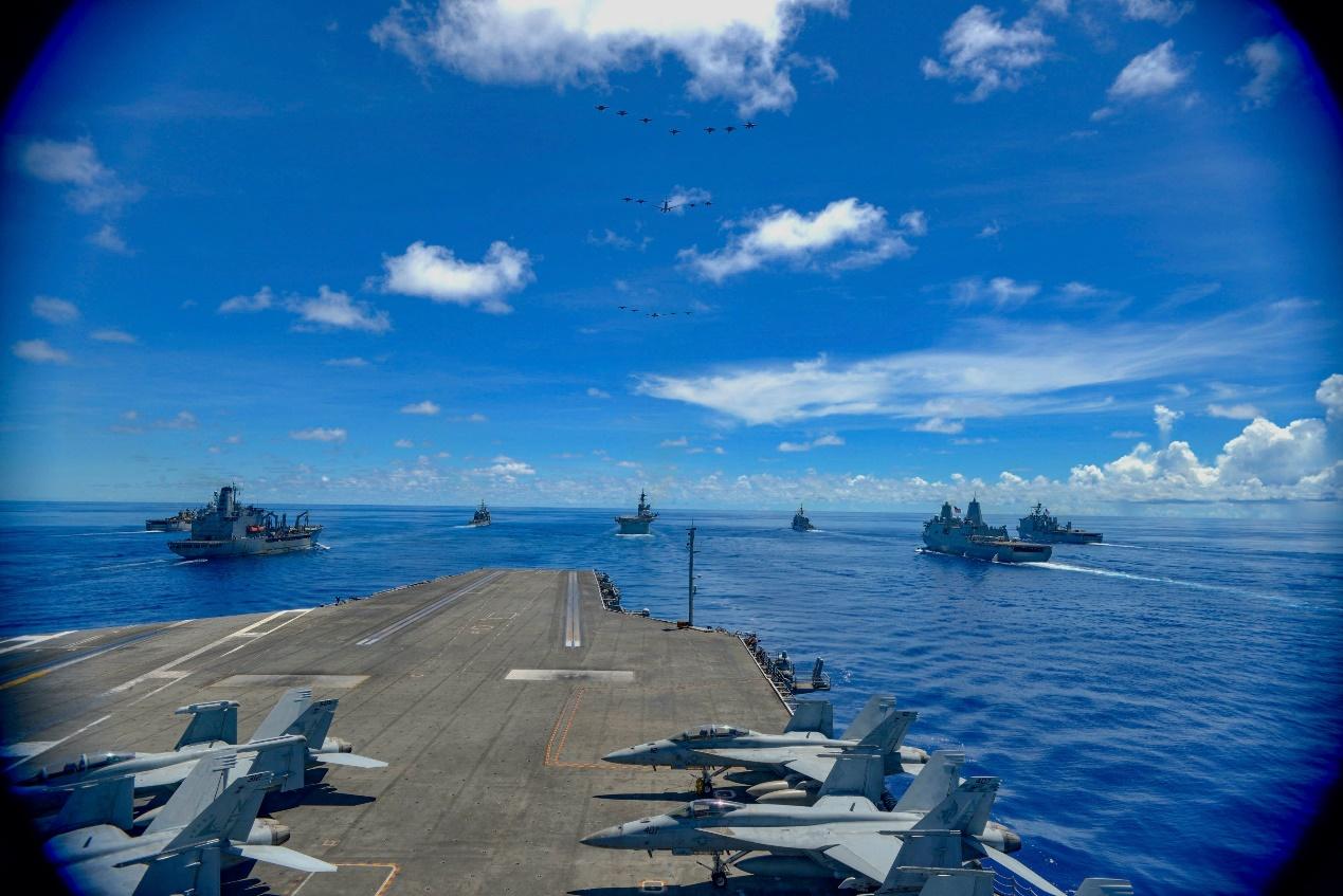 美国海军与盟国海军举行联合演练。