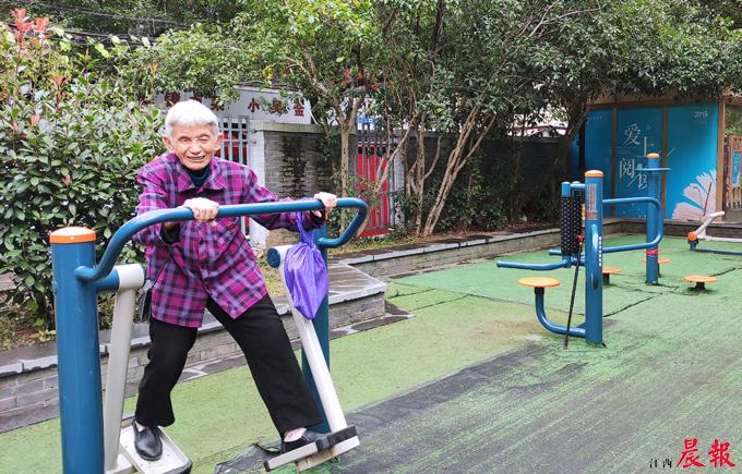 ▲社区里的健身器材升级换代了,居民更愿意出门锻炼了。