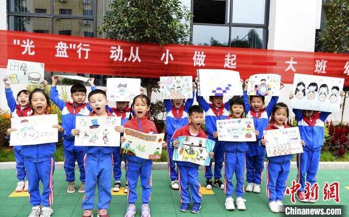 """在""""世界粮食日""""来临之际,铅山县幼儿园组织幼儿通过绘画、诗朗诵、讲故事、签名等活动,引导孩子们从小养成良好的用餐习惯。 丁铭华 摄"""