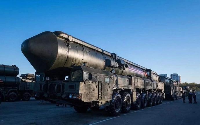 """俄罗斯""""亚尔斯""""公路机动洲际导弹。"""