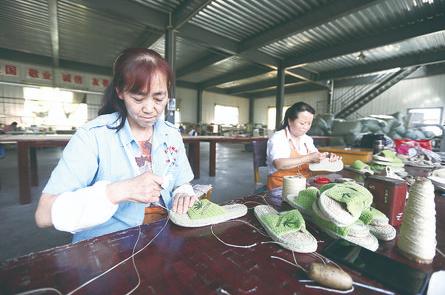 甘谷大漠麻鞋扶贫车间里受雇的当地农民在缝制麻鞋