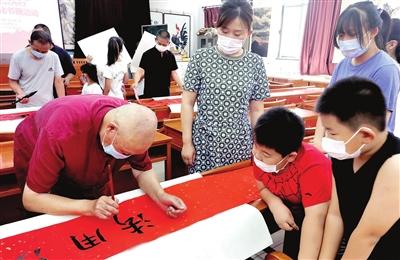 形式多样的书画讲座、展览,丰富了村民的文化生活。