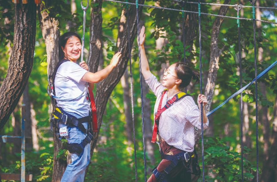 游客在神鹿峰旅游度假区游玩。 张扬 摄