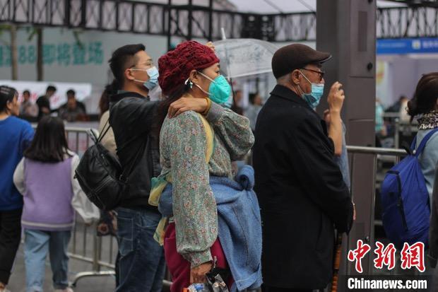 杭州街头市民身着较厚秋装。 汪旭莹 摄