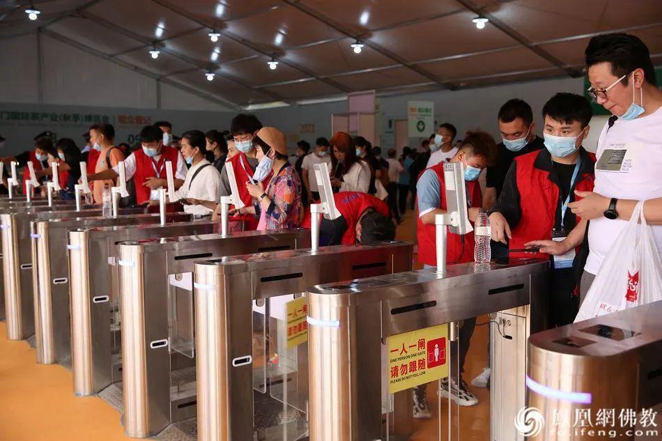 参观者经身份审核后入场(图片来源:凤凰网佛教)