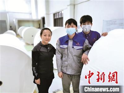 戚影(左一)到造纸车间探望在此实习和工作的叙永学生。 尹婵萱 摄
