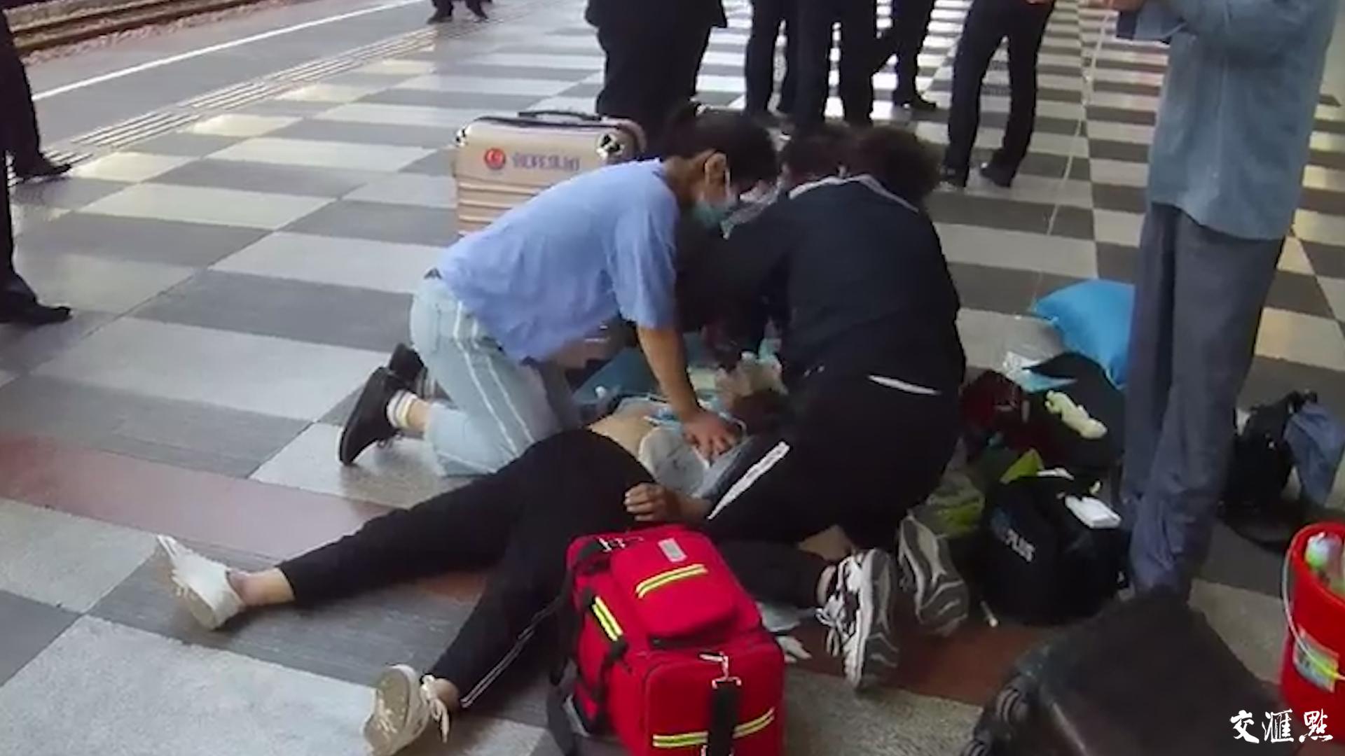 医学生跪地救人,对镜头说:别宣传我