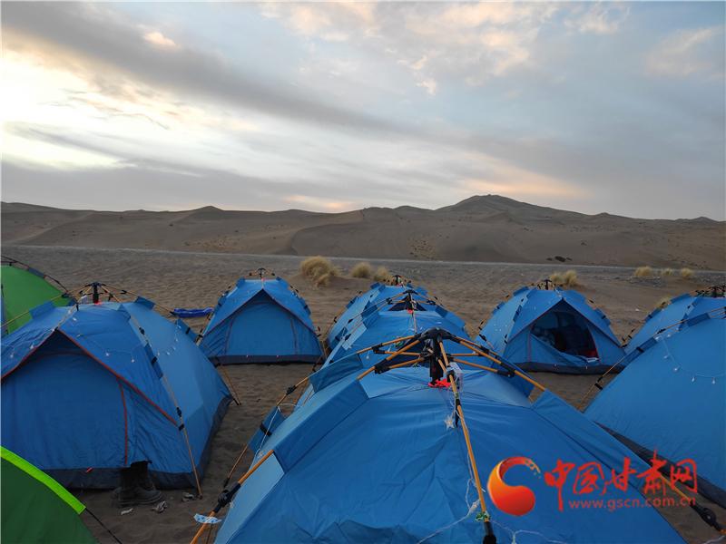 清晨的沙漠露营地 程晓琳 摄