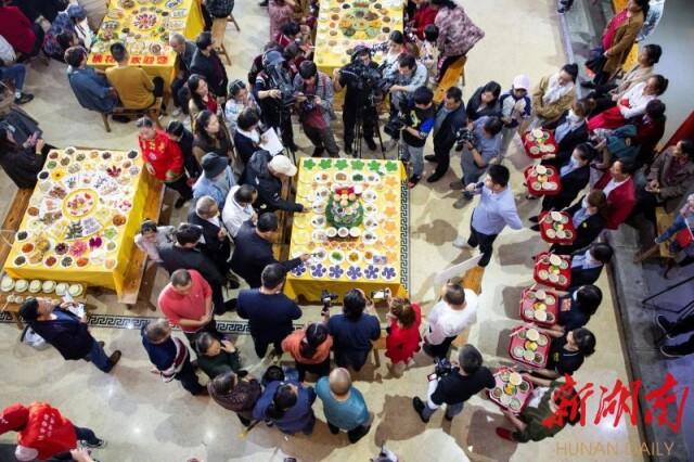 (中国桃花源第二届擂茶文化节暨擂王争霸赛于国庆期间举行。)