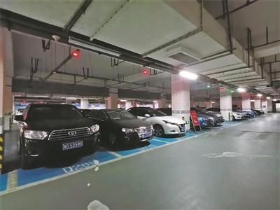 轨道交通福庆北路站旁的停车场,夜间颇受换乘地铁的车主喜爱。(张燕 戴卓佳 摄)