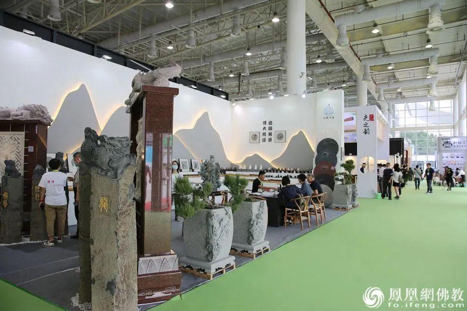 展厅内秩序井然,厂商和访客融洽交流。(图片来源:凤凰网佛教)