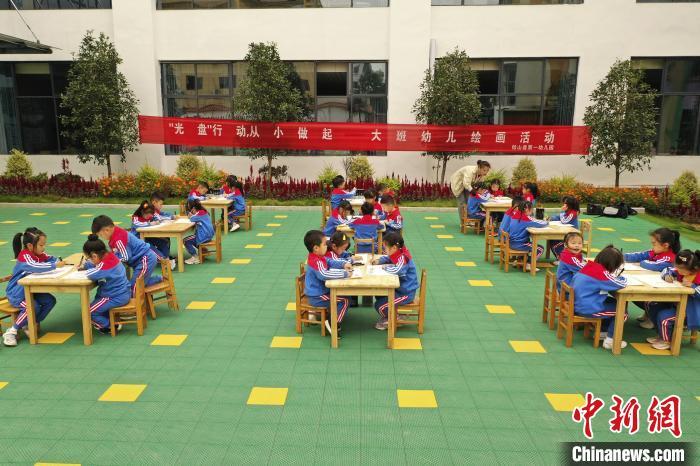 铅山县幼儿园组织活动,引导孩子们从小养成良好的用餐习惯,减少浪费,彻底杜绝用餐浪费。 丁铭华 摄