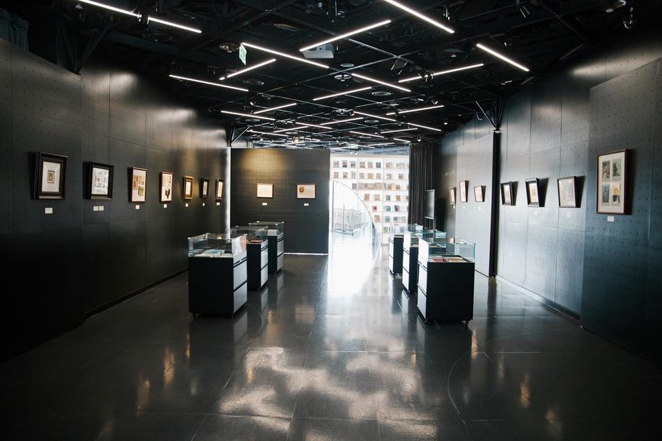 """""""巴金与托尔斯泰——罗雪村手绘藏书票、人文版版本书展""""。"""