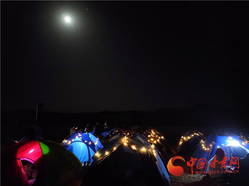 夜晚的沙漠露营基地 程晓琳 摄