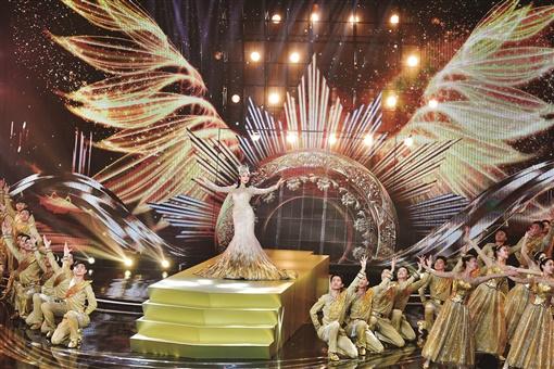 10月16日晚,第13届金鹰节金鹰女神宋茜压轴出场。当天,第13届中国金鹰电视艺术节开幕式文艺晚会在长沙举行。湖南日报首席记者 郭立亮 摄