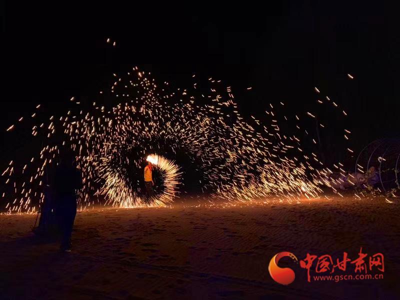 露营基地打铁花表演 沙漠露营基地老板、外号东哥供图