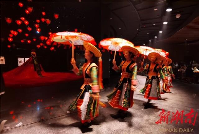 (雪峰山大花瑶景区《花瑶喜宴》沉浸式情景剧10月1日正式运营演出,吸引游客纷至沓来。孟姣燕摄)
